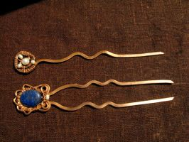 Pearls and lapis lazuli hairpins by Bohemi-enne