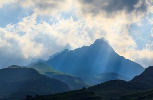 Rays Over the Mnweni Needles by carlosthe