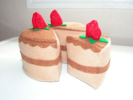 Plush Cake with Strawberries by pinktoque