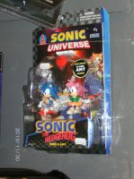 Sonic and Amy figures and a comic at Comics Heaven by KatarinaTheCat