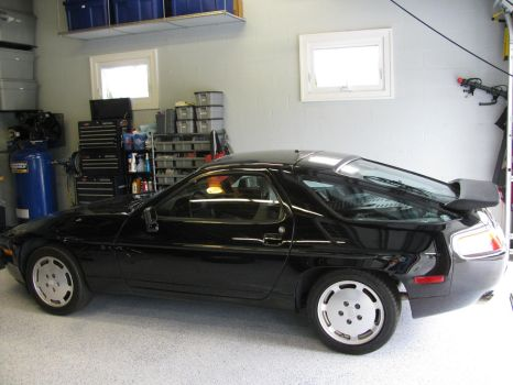 Black Porsche 928 side by AkizuRyuuri