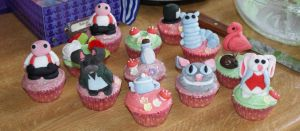 Alice In Wonderland Cupcakes by hollowdolly