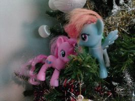 Ponies up a Christmas Tree by Quacksquared