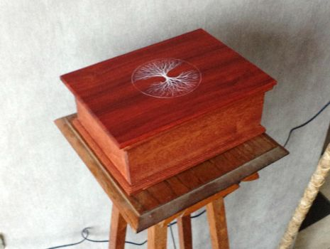 wooden box with treepainting by Hoffnarr