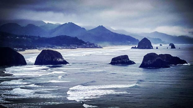 Canon Beach, Oregon  by mryoop