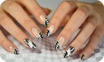 Checkerboard nail art optical illusion by Tartofraises