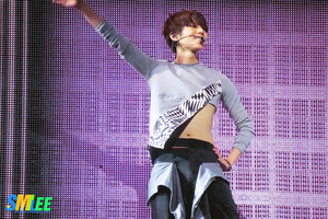 121027 SHINee World Concert in HK (38) by l0vehcl