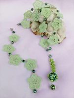 Green necklace and bracelet with flowers by Mirtus63
