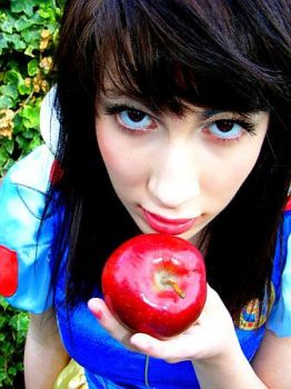 Snow white and the apple by False-nothings