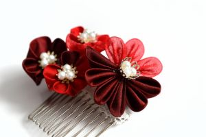 Crimson and Scarlet Kanzashi by hanatsukuri